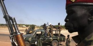 Soldiers from the South Sudanese army (SPLA) disembark from a pick-up truck in Unity state capital Bentiu on 12 January 2014 (Photo: Reuters/Andreea Campeanu)