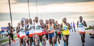 Seen here: The leading men's field in action at the 2018 FNB Cape Town 12 ONERUN. Photo Credit: Tobias Ginsberg