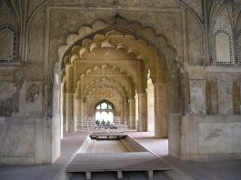 15 Most Popular Tourist Places and Attractions in and Around Delhi - Red Fort.