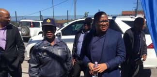 Minister on walk about in gang and drug areas, PE. Photo: SAPS