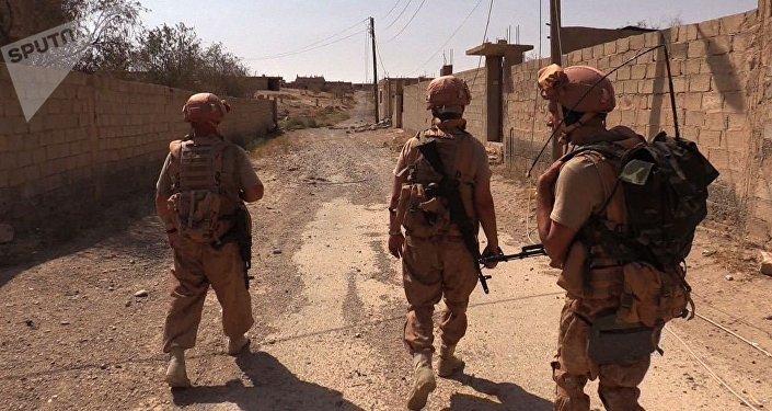 Servicemen during the efforts to demine the city of Deir ez-Zor, Syri