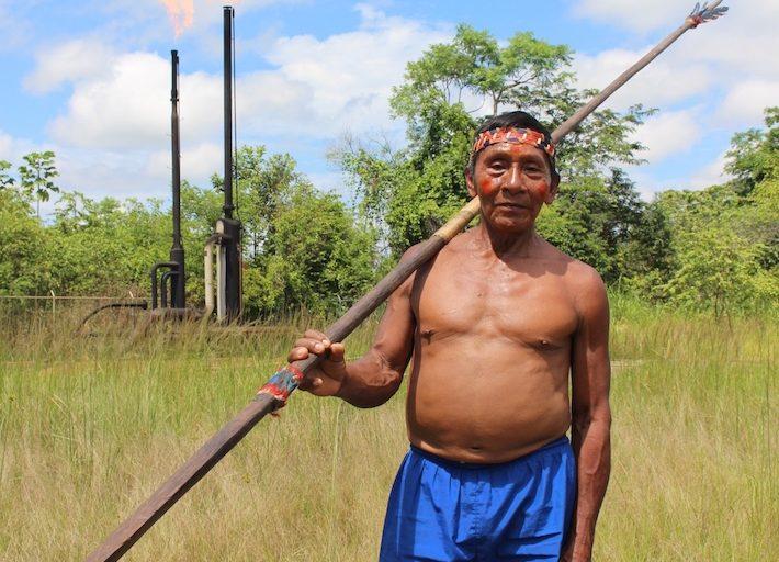 """Algunos Waoranis que acudieron al Toxic Tour quedaron impactos por las piscinas y mecheros que se observan en varios puntos de la parroquia Pacayacu. """"Nosotros tenemos aire limpio, agua limpia"""", repetían. Foto: Daniela Aguilar."""