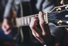 Different ways to learn to play the guitar