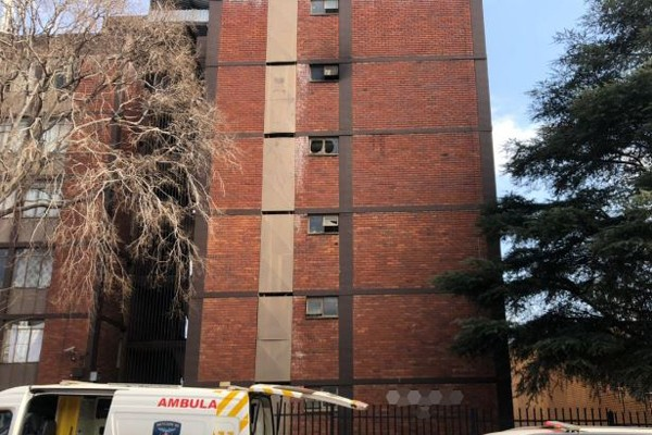 Man dies after falling from 5th floor whilst trying to escape fire, Pretoria. Photo: Arrive Alive